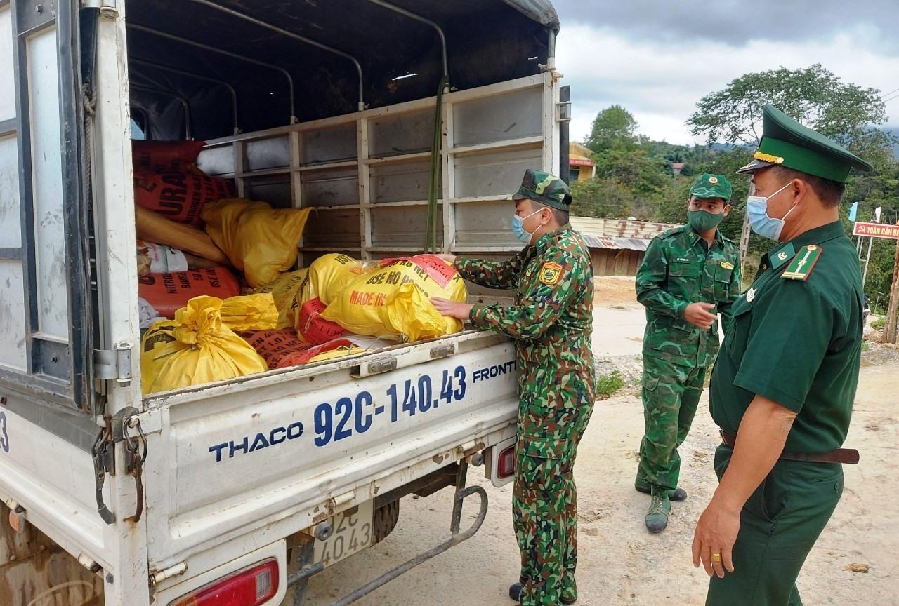 Cán bộ, chiến sỹ Đồn Biên phòng Ga Ry ủng hộ 200kg rau, củ, quả và được đóng gói cẩn thận nhanh chóng gửi xe chuyển vào cho bà con Thành phố HCM. Ảnh; VĂN VINH