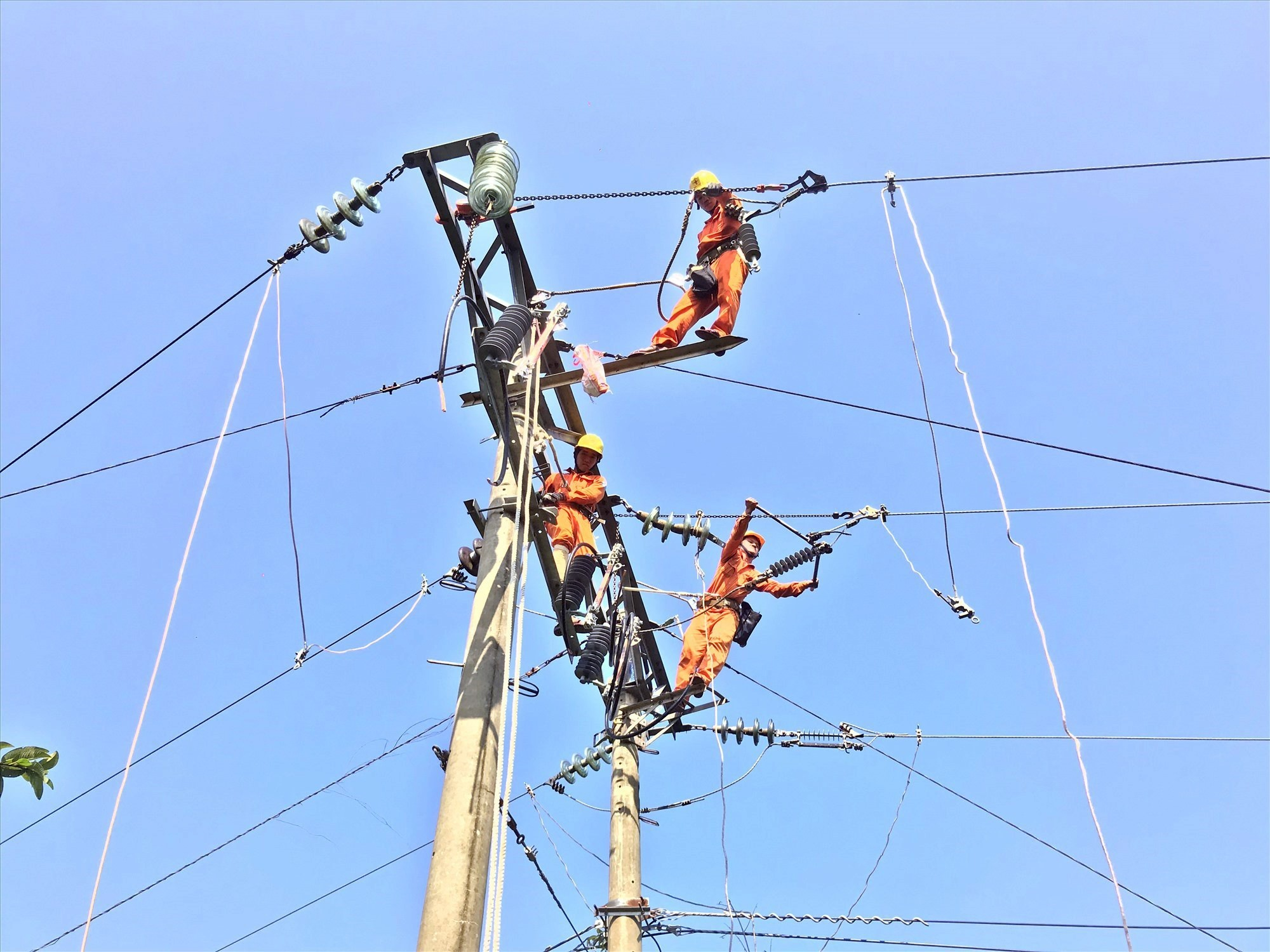 Điện lực Duy Xuyên áp dụng camera nhiệt trong vận hành lưới điện. Ảnh: Đ.H