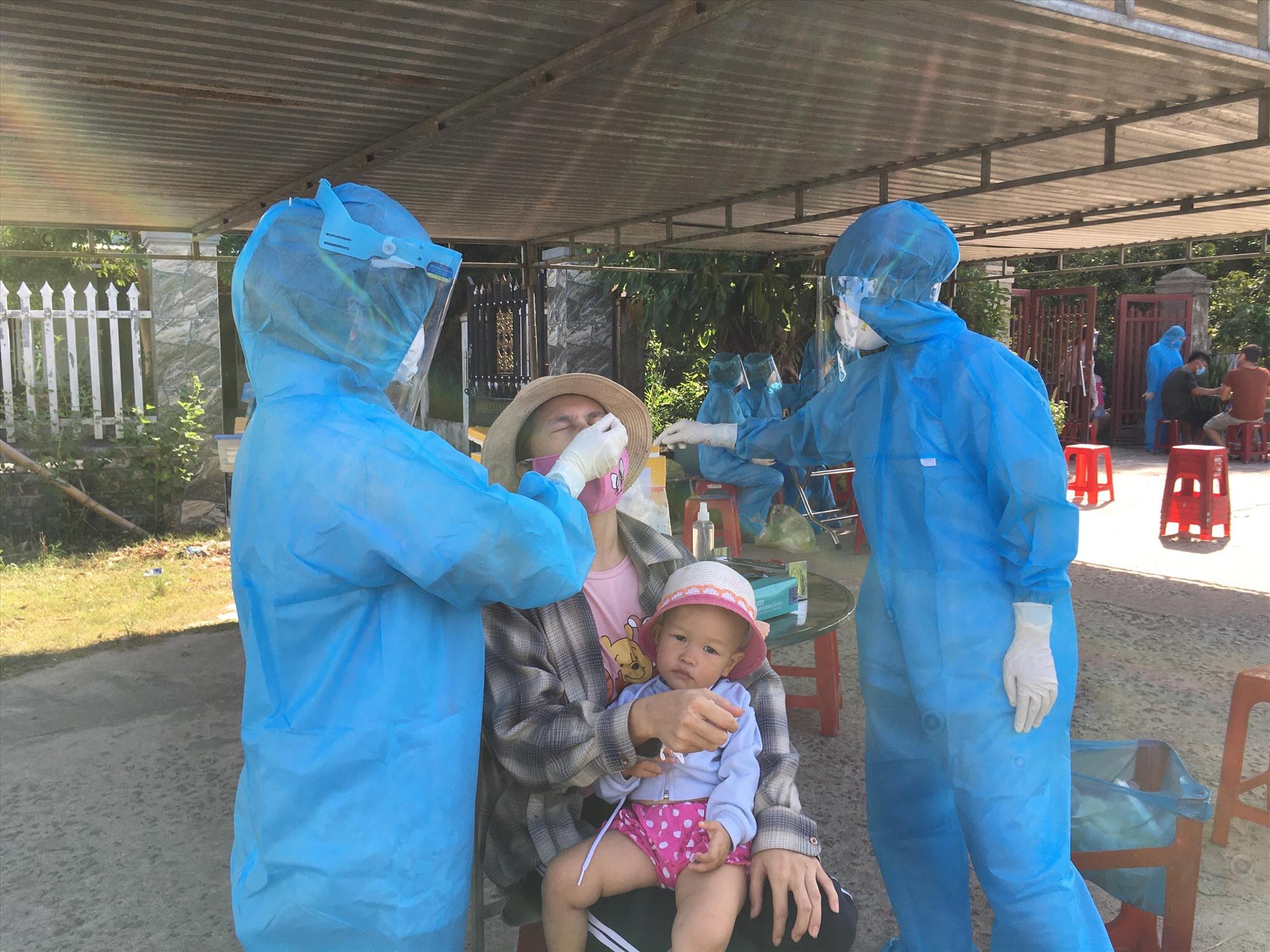 Trung tâm Y tế huyện Phú Ninh lấy mẫu xét nghiệm các trường hợp liên quan đến 2 ca mắc Covid-19 ở xã Tam Thái sáng ngày 1.8. Ảnh: H.C