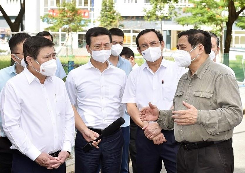 Thủ tướng Chính phủ Phạm Minh Chính (bìa phải) kiểm tra công tác phòng, chống dịch bệnh COVID-19 tại TP.Hồ Chí Minh. Ảnh Nhật Bắc