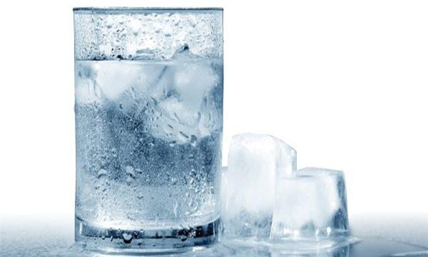 Uống nước lạnh không phải là cách hay để chống say nắng