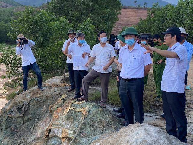 Chủ tịch UBND tỉnh Lê Trí Thanh kiểm tra tại khu vực Thác Trắng, mỏ vàng Bồng Miêu. Ảnh: H.P