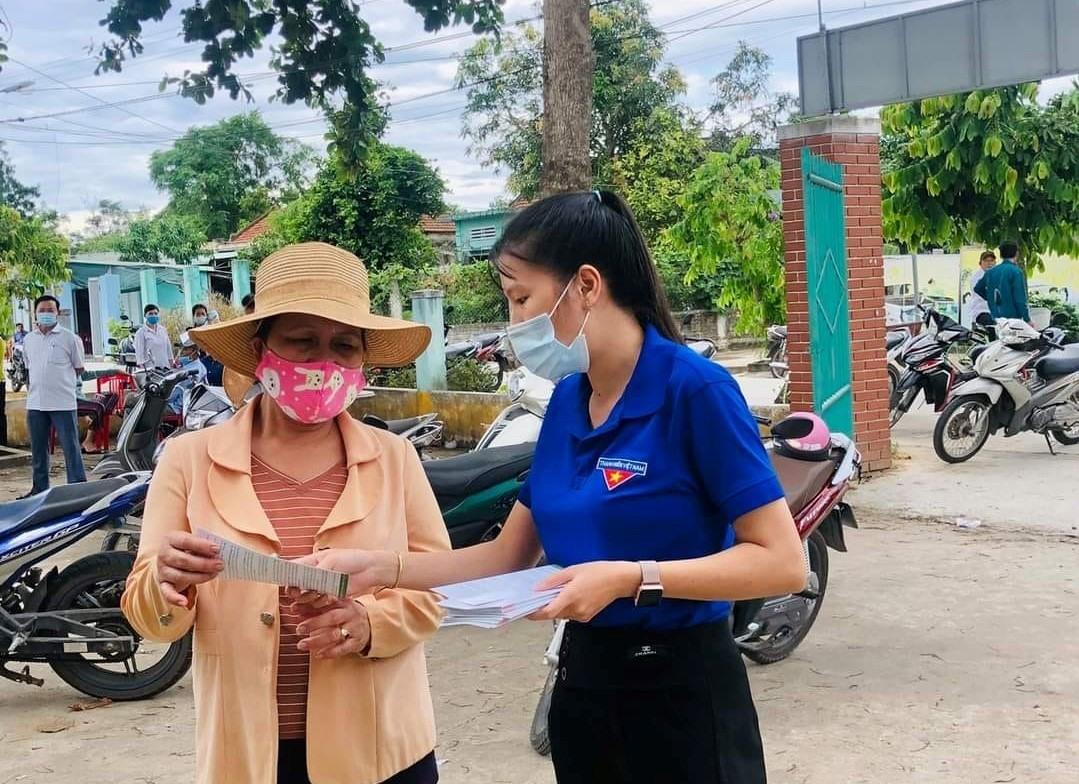 Tuổi trẻ Điện Bàn phát tập gấp tuyên truyền thực hiện dịch vụ công trực tuyến mức độ 3, 4 đến người dân. Ảnh: CTV