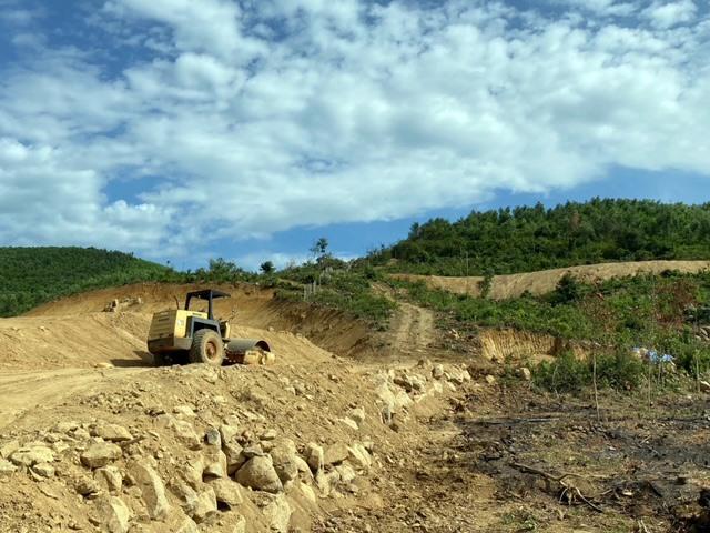 Hiện trường khu vực đất của ông Nguyễn Đức Hùng và xe cơ giới san ủi sáng 9.8 tại núi Đá Ngựa, xã Tam Thành. Ảnh: H.P