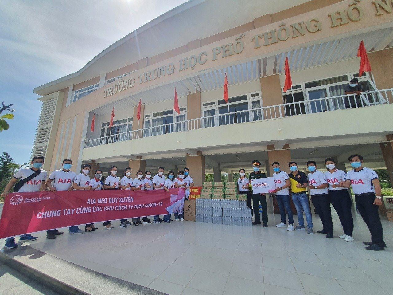 Đại diện AIA trao quà cho khu cách ly tập trung tại trường THPT Hồ Nghinh (Duy Xuyên). Ảnh: H.Q