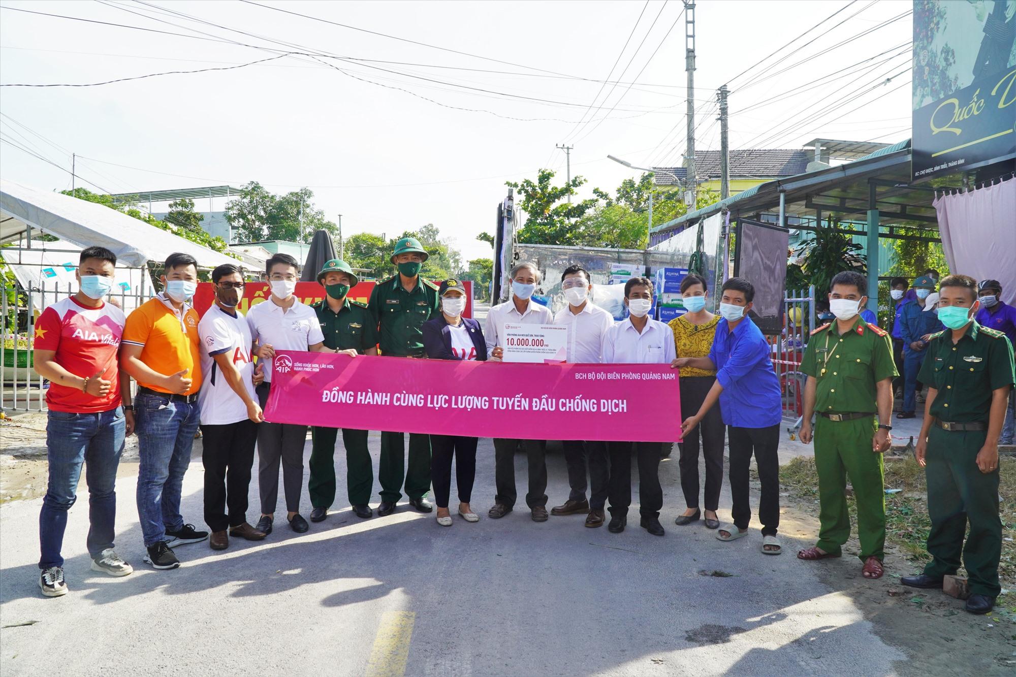 AIA Quảng Nam đồng hành với BCH Bộ đội Biên phòng tỉnh trao quà cho các chốt kiểm soát dịch ở xã Bình Triều (Thăng Bình). Ảnh: H.Q