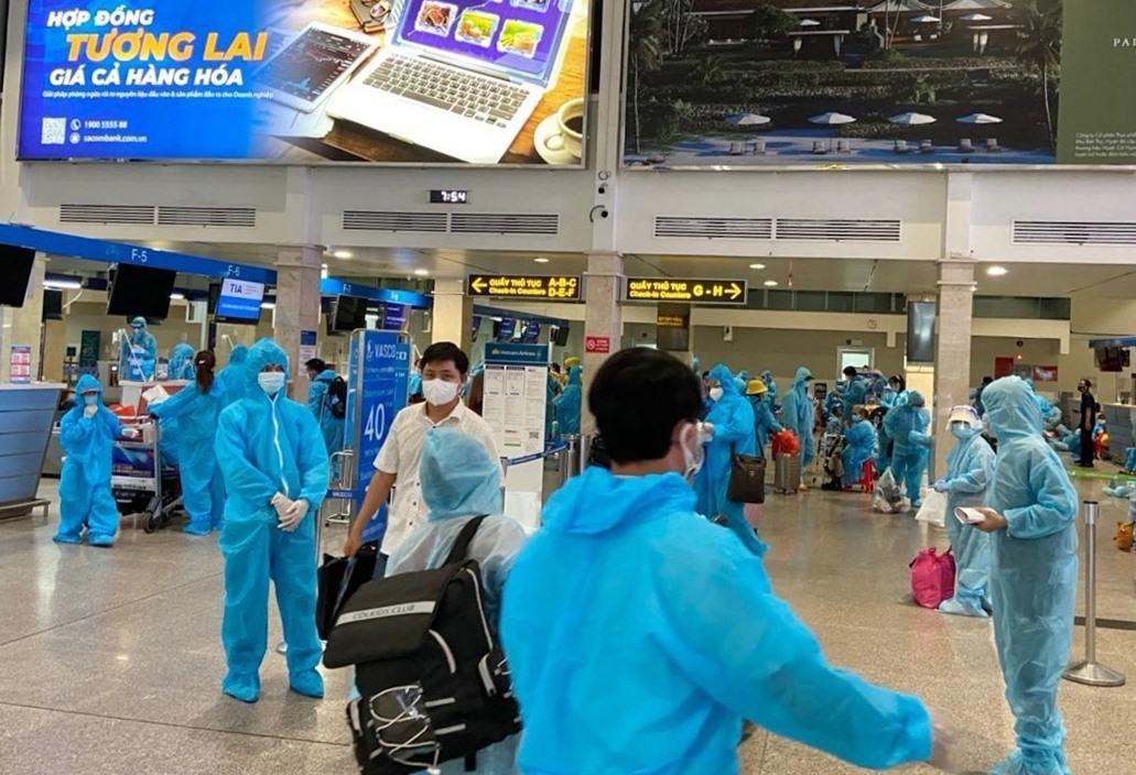 Bà con Quảng Nam làm thủ tục về quê tại sân bay Tân Sơn Nhất. Ảnh: V.C.KHANH