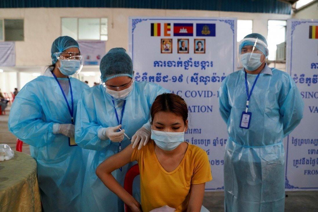 Một công nhân ngành may mặc tại Phnôm Pênh, Campuchia được tiêm phòng vắc xin Covid-19. Ảnh: Reuters