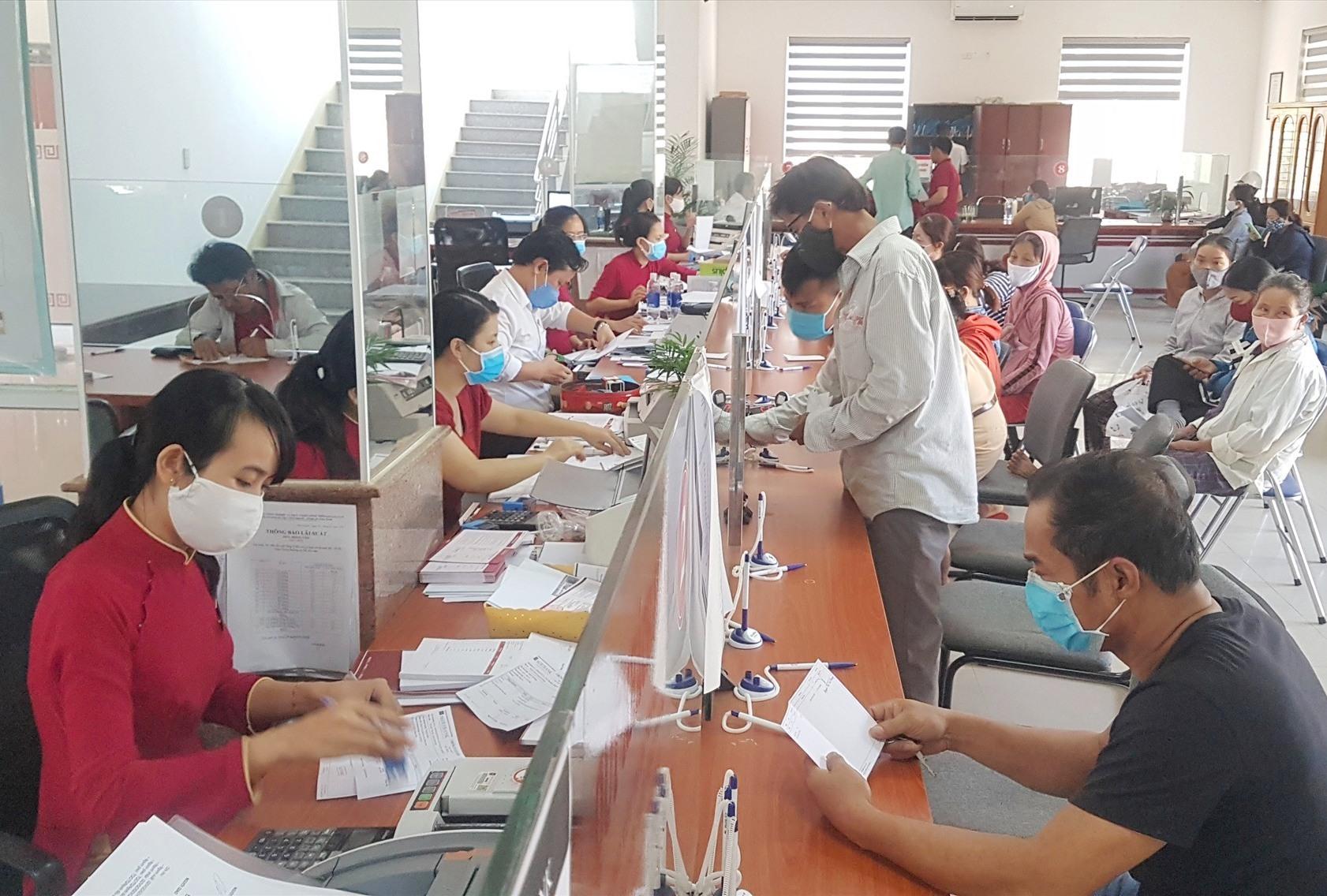 Nhân viên Chi nhánh Agribank Tiên Phước đã kịp thời ngăn chặn một vụ lừa đảo chuyển tiền trong chiều nay. Ảnh: D.L