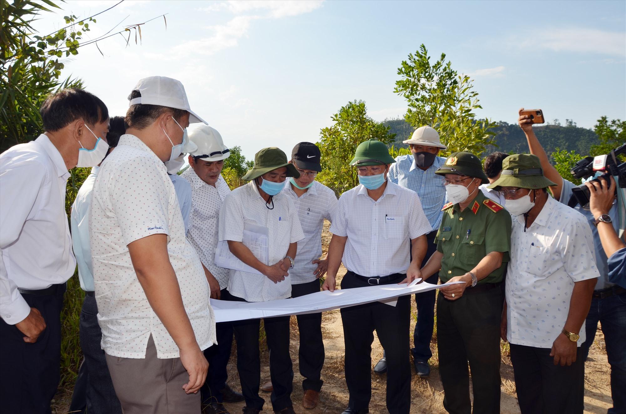Chủ tịch UBND tỉnh Lê Trí Thanh cùng đoàn công tác của tỉnh xem bản đồ hiện trạng tại khu vực mỏ vàng Bồng Miêu. Ảnh: H.P