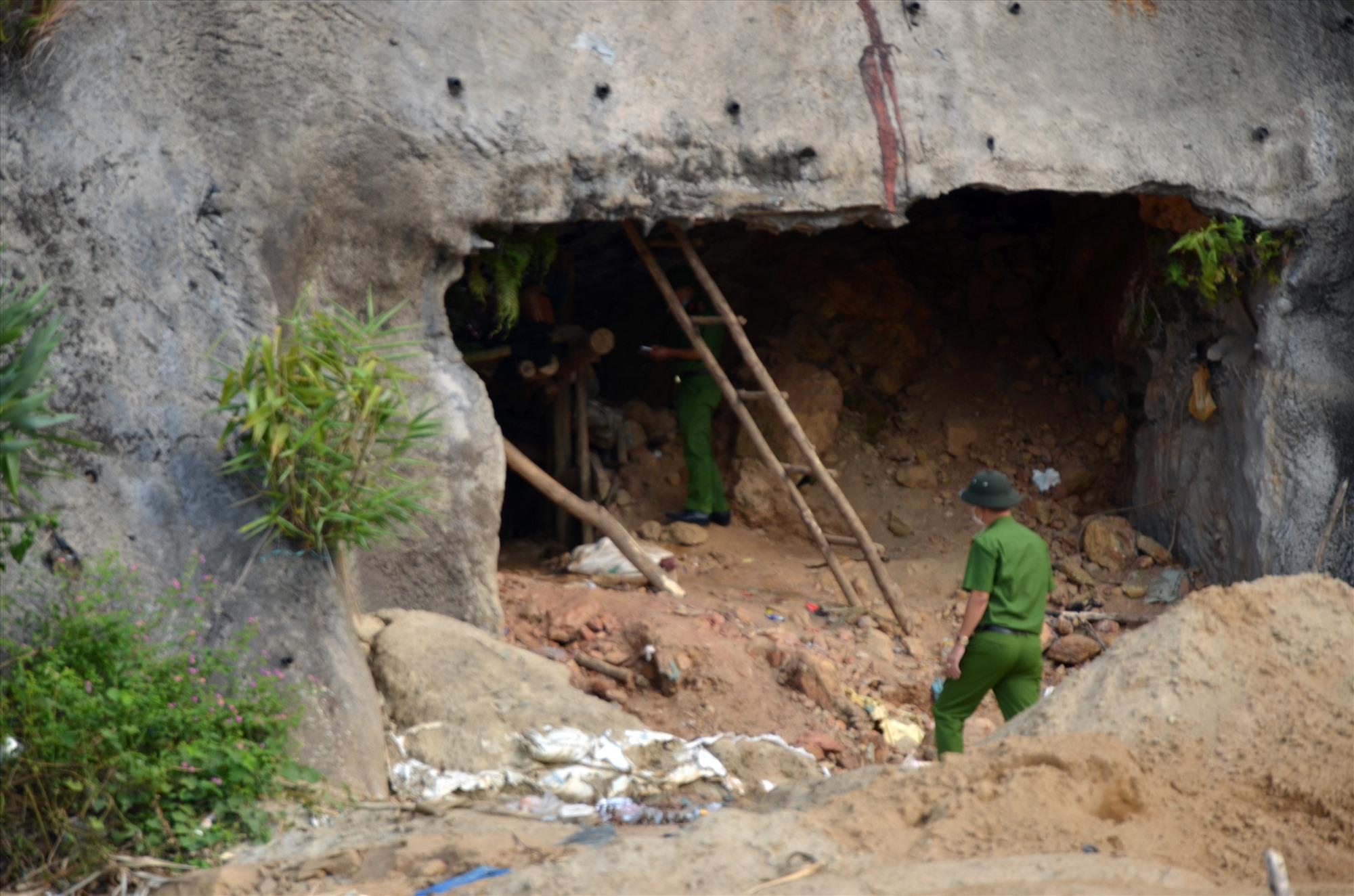 Miệng hầm ở khu vực Thác Trắng cho thấy phu vàng đang hoạt động. Ảnh: H.P
