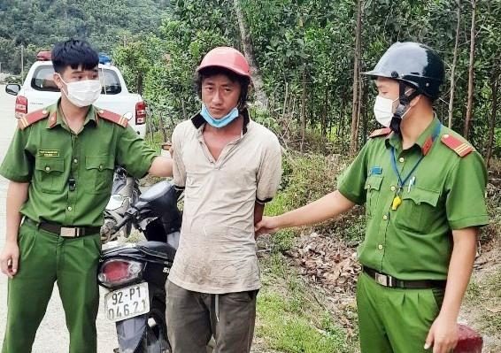 Đối tượng Nguyễn Văn Nhật bị bắt giữ cùng tang vật tại đèo Lò Xo.