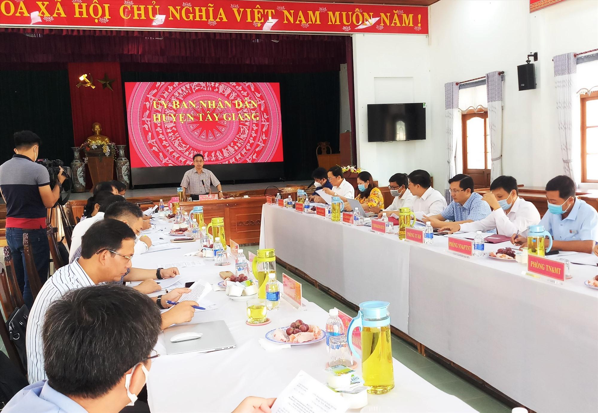Phó Chủ tịch UBND tỉnh Trần Anh Tuấn phát biểu tại buổi làm việc với huyện Tây Giang. Ảnh: A.N