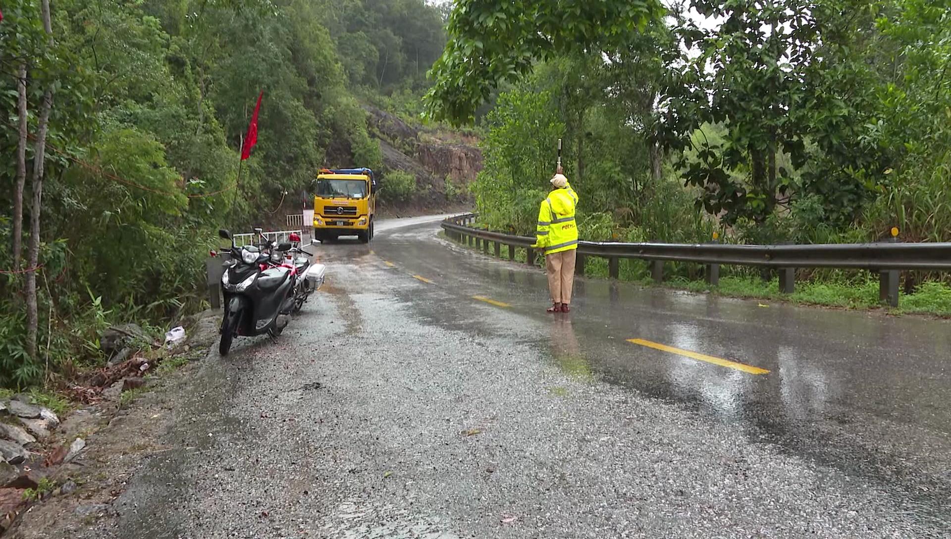 Công an huyện Đông Giang làm việc trong mưa kiểm soát các phương tiện qua chốt