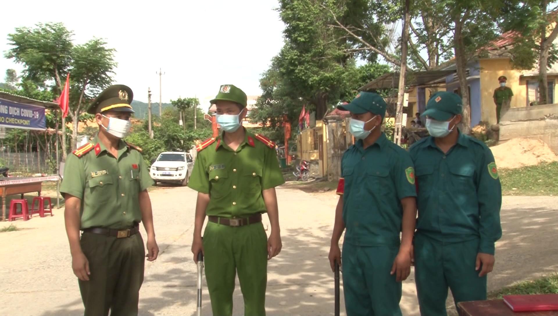 Lãnh đạo Công an huyện Đông Giang kiểm tra, động viên lực lượng làm nhiệm vụ tại chốt kiểm soát Dốc Kiền
