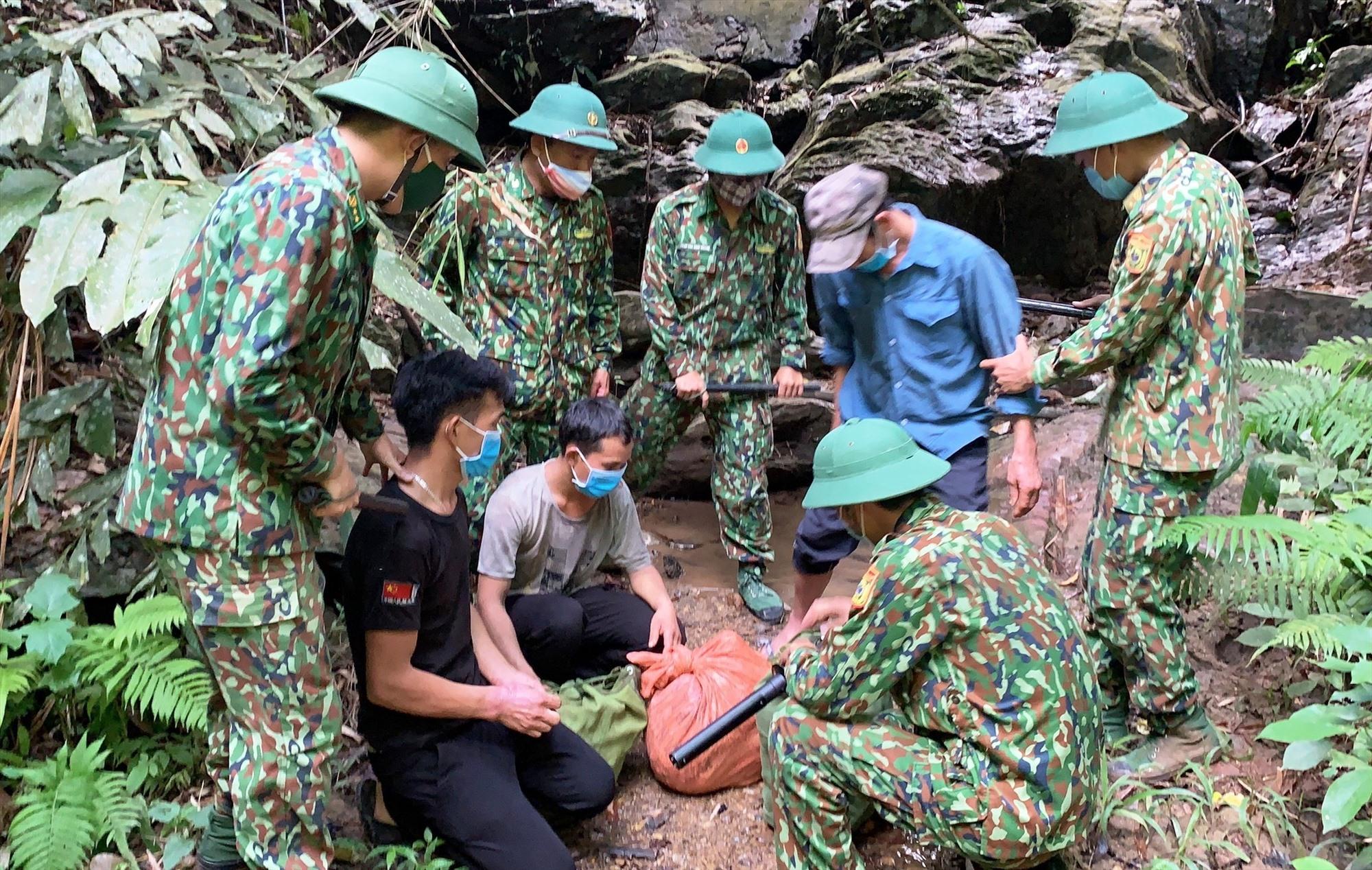Lực lượng cắm chốt Biên phòng Quảng Nam phát hiện và bắt giữ các đối tượng vượt biên trái phép.