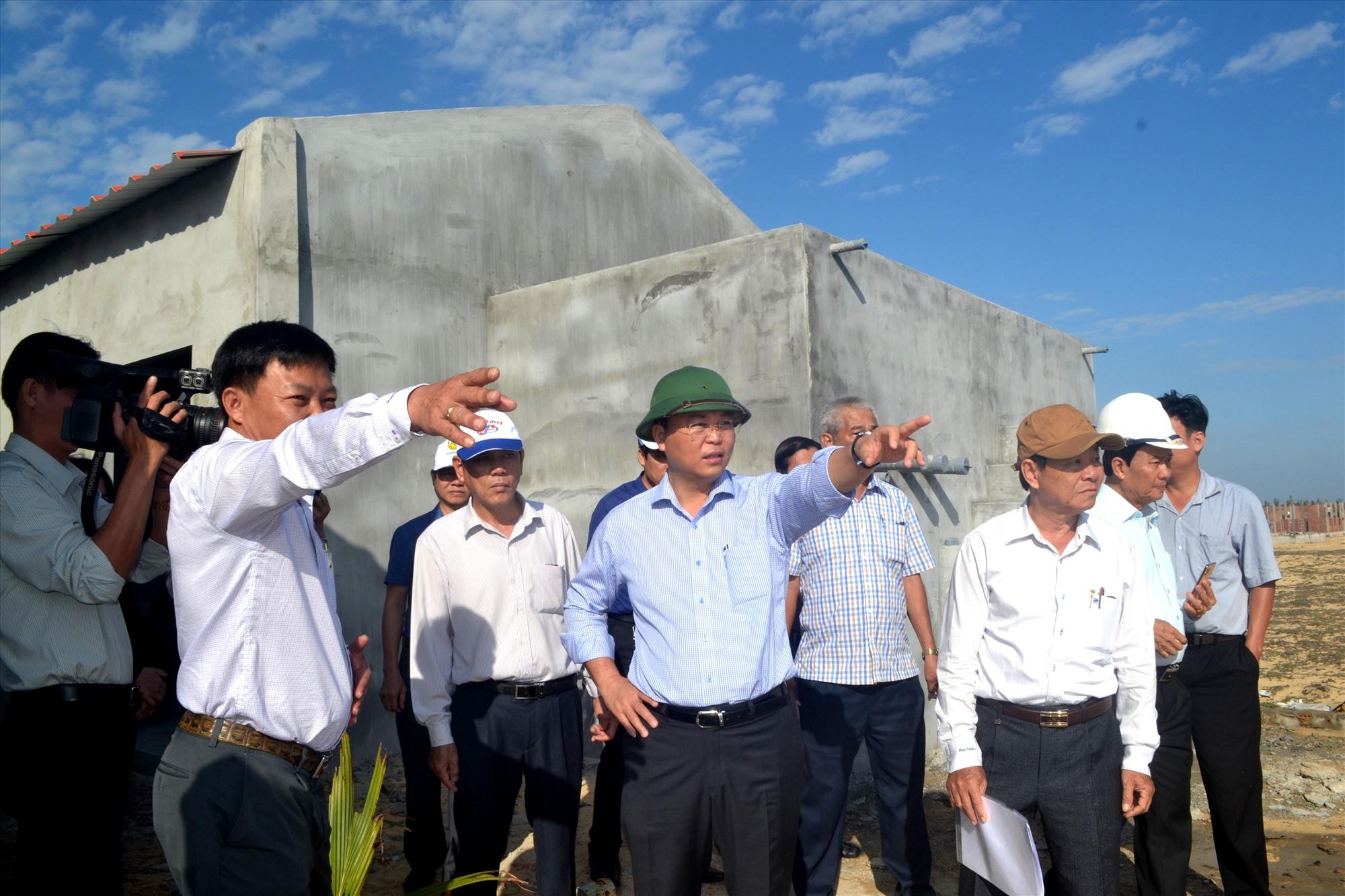 Chủ tịch UBND tỉnh Lê Trí Thanh và đoàn công tác của UBND tỉnh kiểm tra tiến độ đầu tư sản xuất tôm giống vào năm 2020. Ảnh: VIỆT NGUYỄN