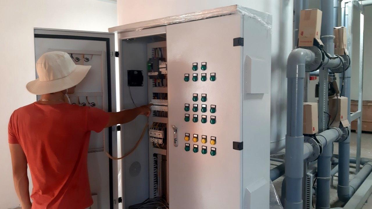 Quy trình xử lý nước sau khi được lấy từ biển vào rồi lắng, lọc, xử lý bằng công nghệ hiện đại. Ảnh: VIỆT NGUYỄN