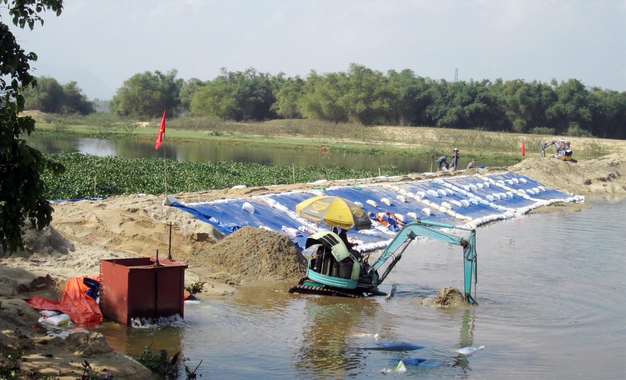Những năm qua, cứ đầu vụ hè thu là các đơn vị liên quan phải ra quân đắp đập tạm ngăn mặn - giữ ngọt trên sông Thu Bồn. Ảnh: N.S