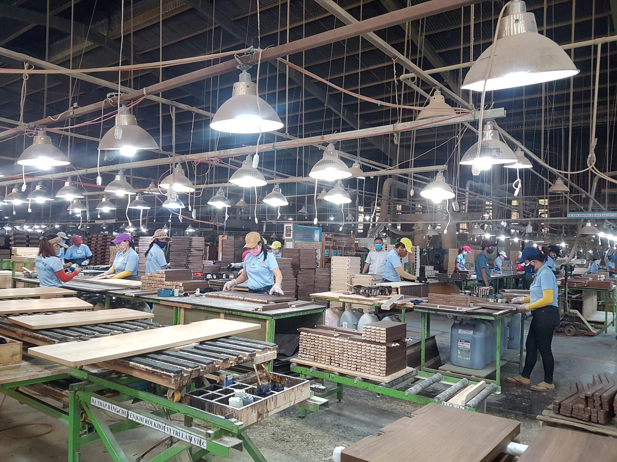 Doanh nghiệp tiếp cận vốn vay trả lương ngừng việc cho người lao động, vay phục hồi sản xuất vẫn còn khó do chưa đáp ứng quy định theo Nghị quyết 68. Ảnh: D.L