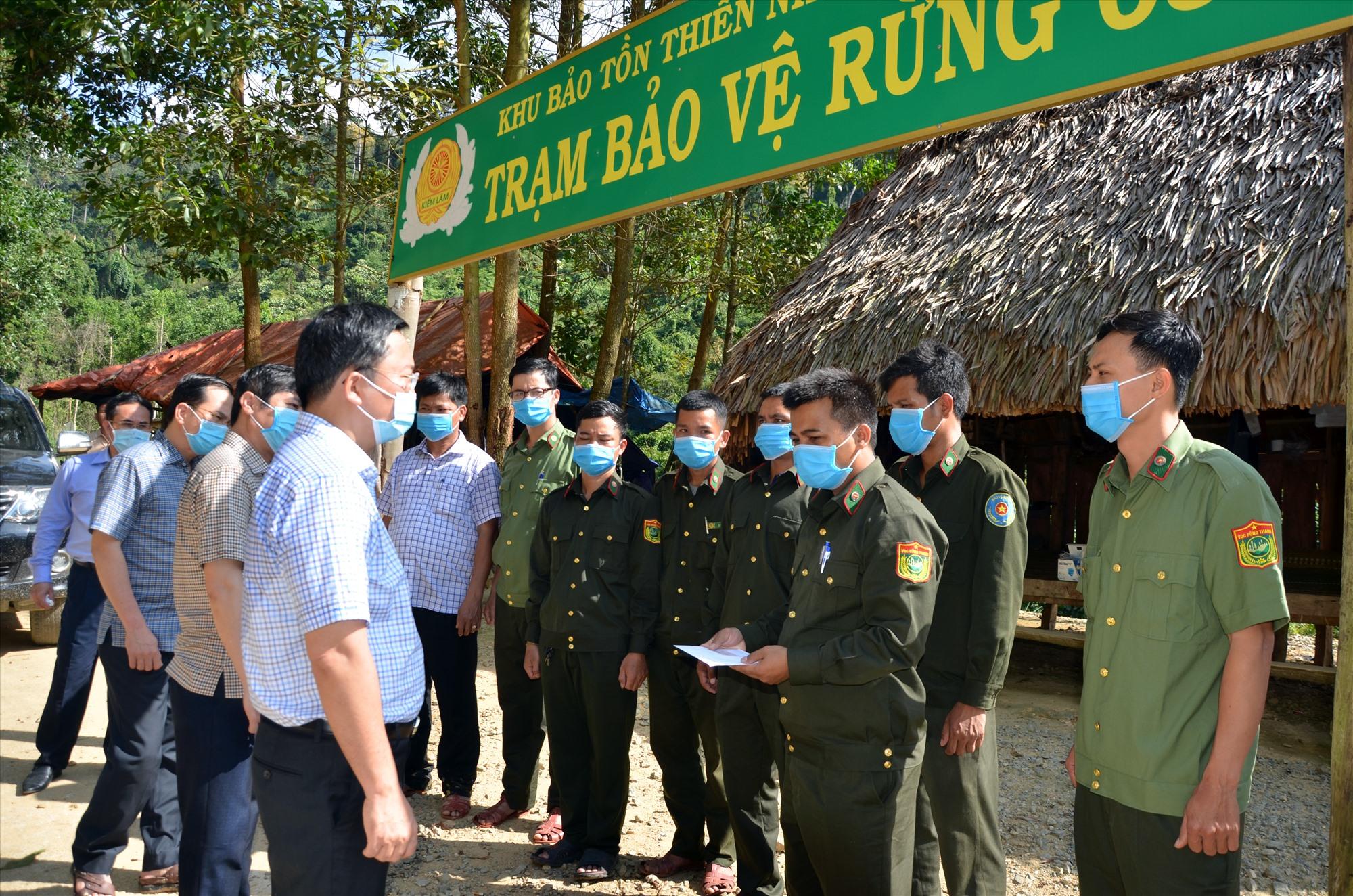 Chủ tịch UBND tỉnh Lê Trí Thanh thăm một chốt bảo vệ rừng trong Vườn Quốc gia Sông Thanh hồi giữa tháng 5.2021. Ảnh: H.P