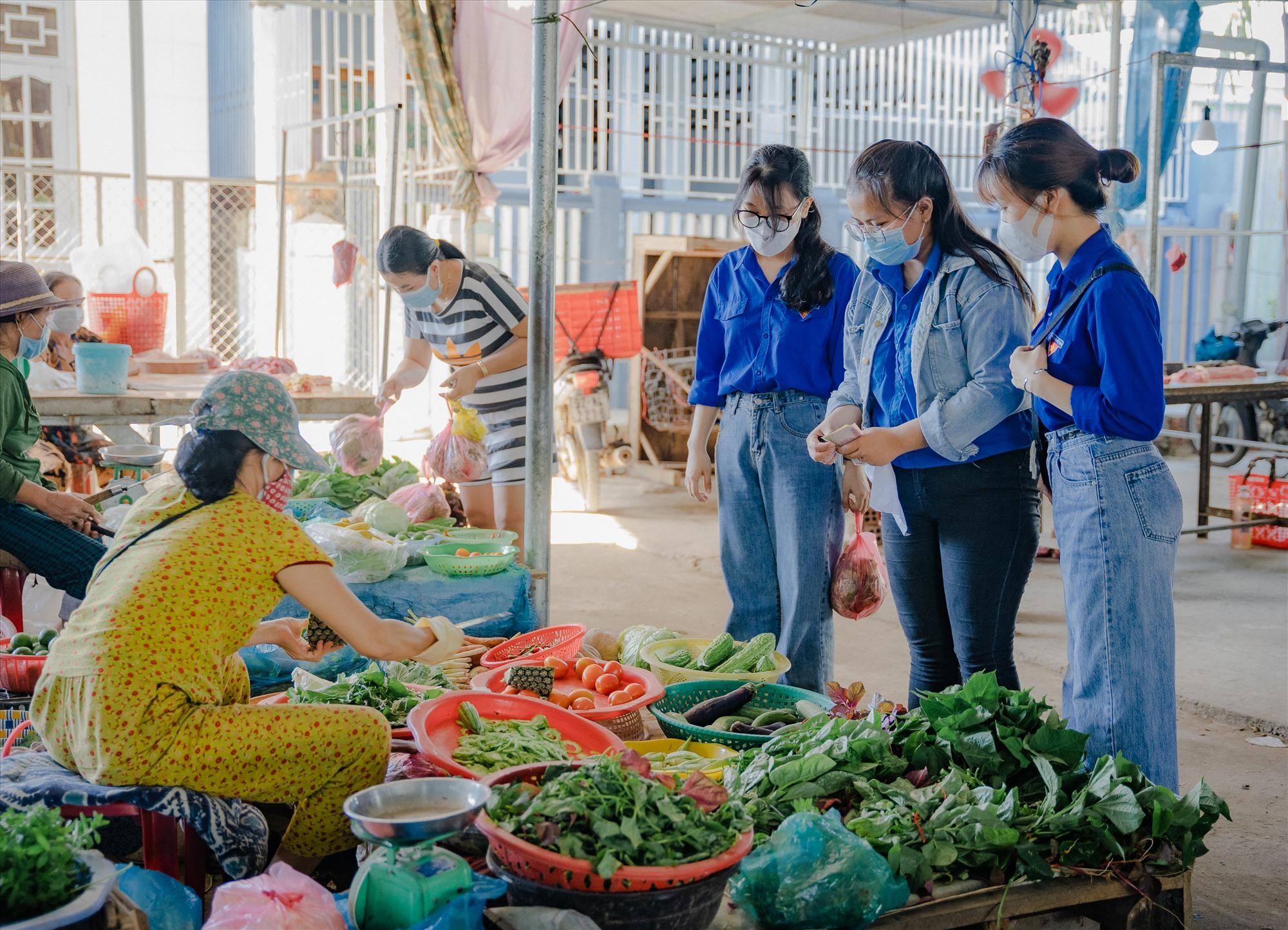Đi chợ giúp người dân khu phong tỏa