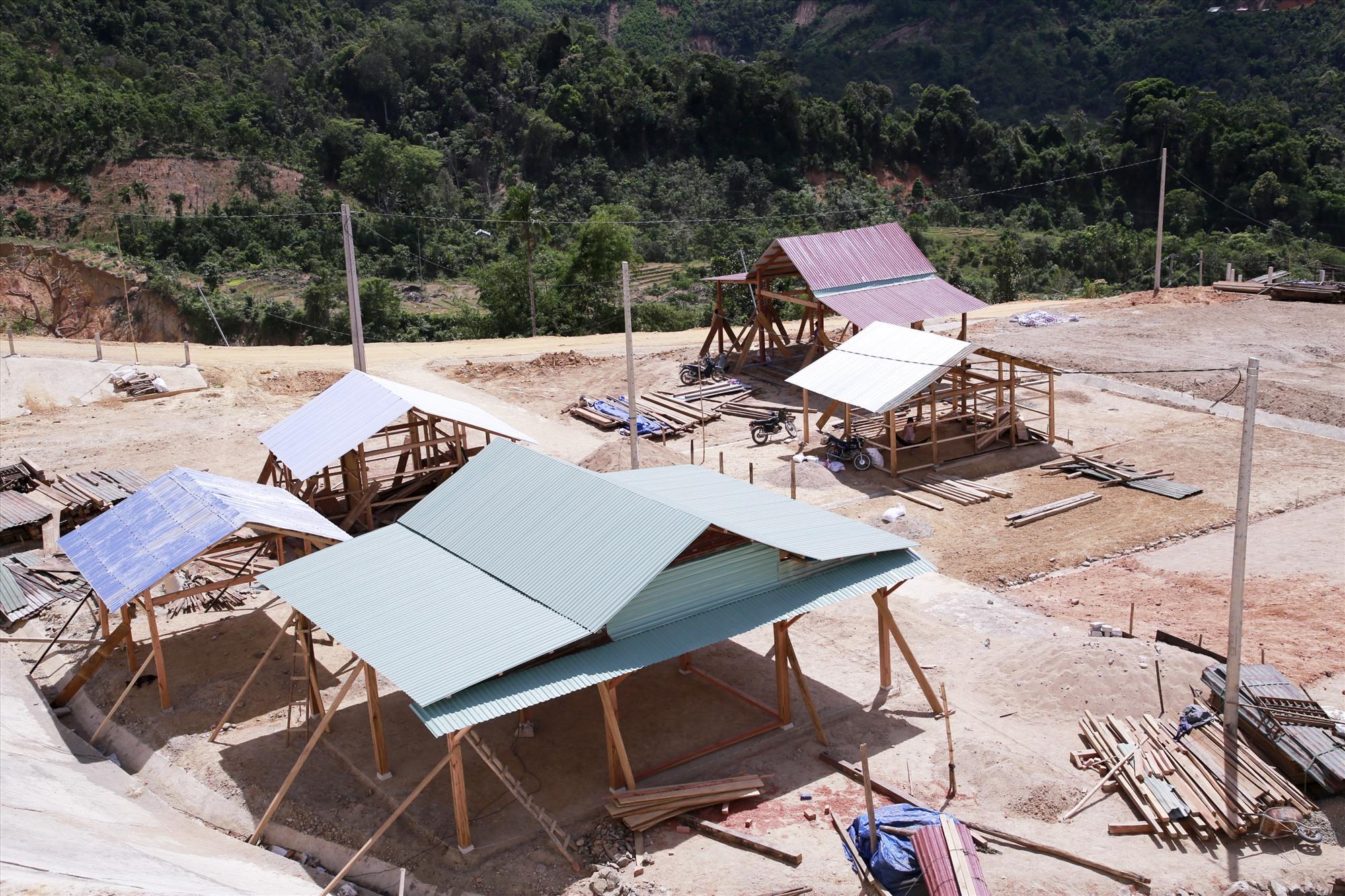 Nhiều căn nhà đang được gấp rút hoàn thiện cho đồng bào vùng cao Phước Thành, Phước Kim... Ảnh: T.C