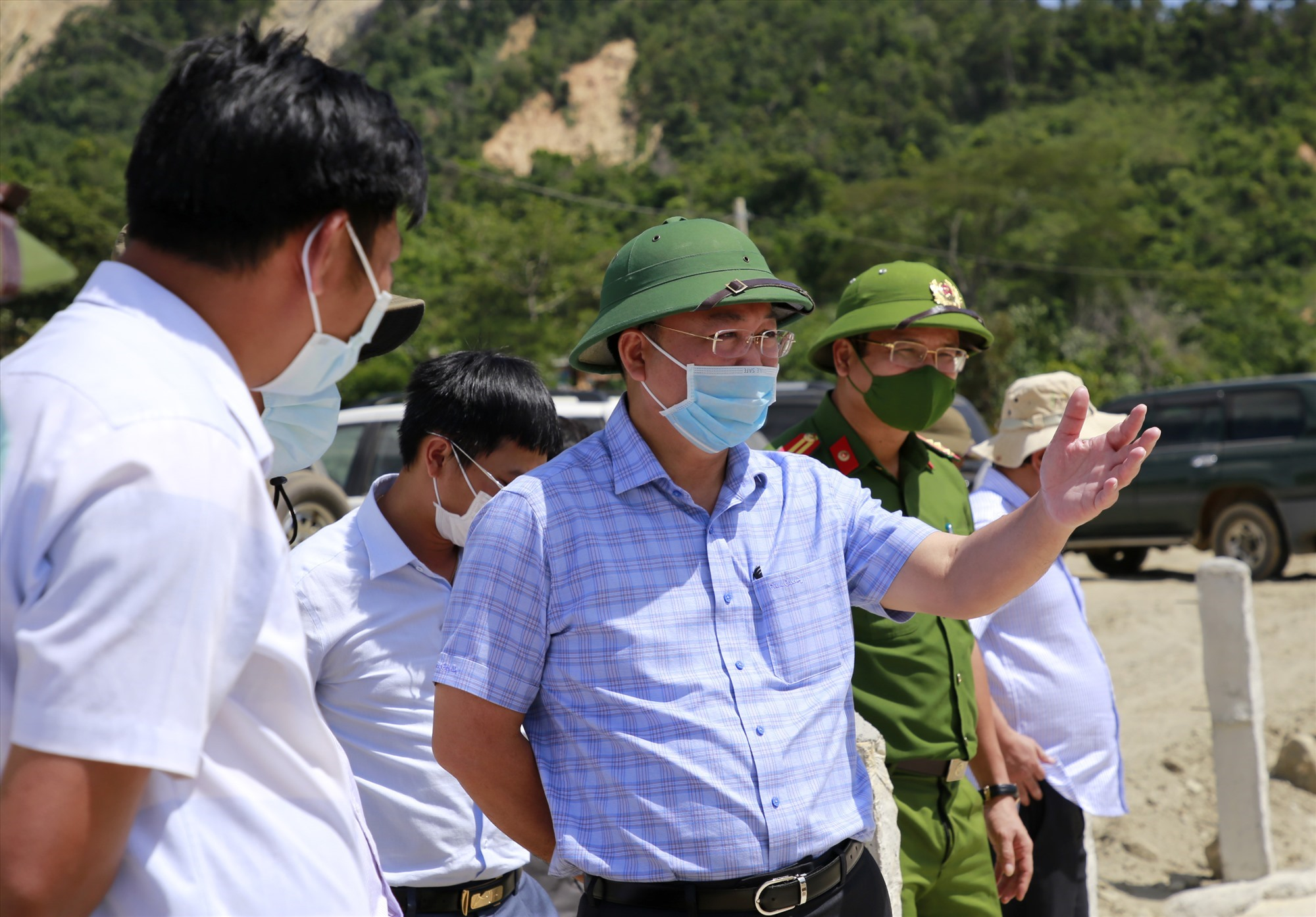 Đồng chí Lê Trí Thanh cùng đoàn công tác kiểm tra tiến độ tái định cư cho người dân vùng sạt lở. Ảnh: T.C