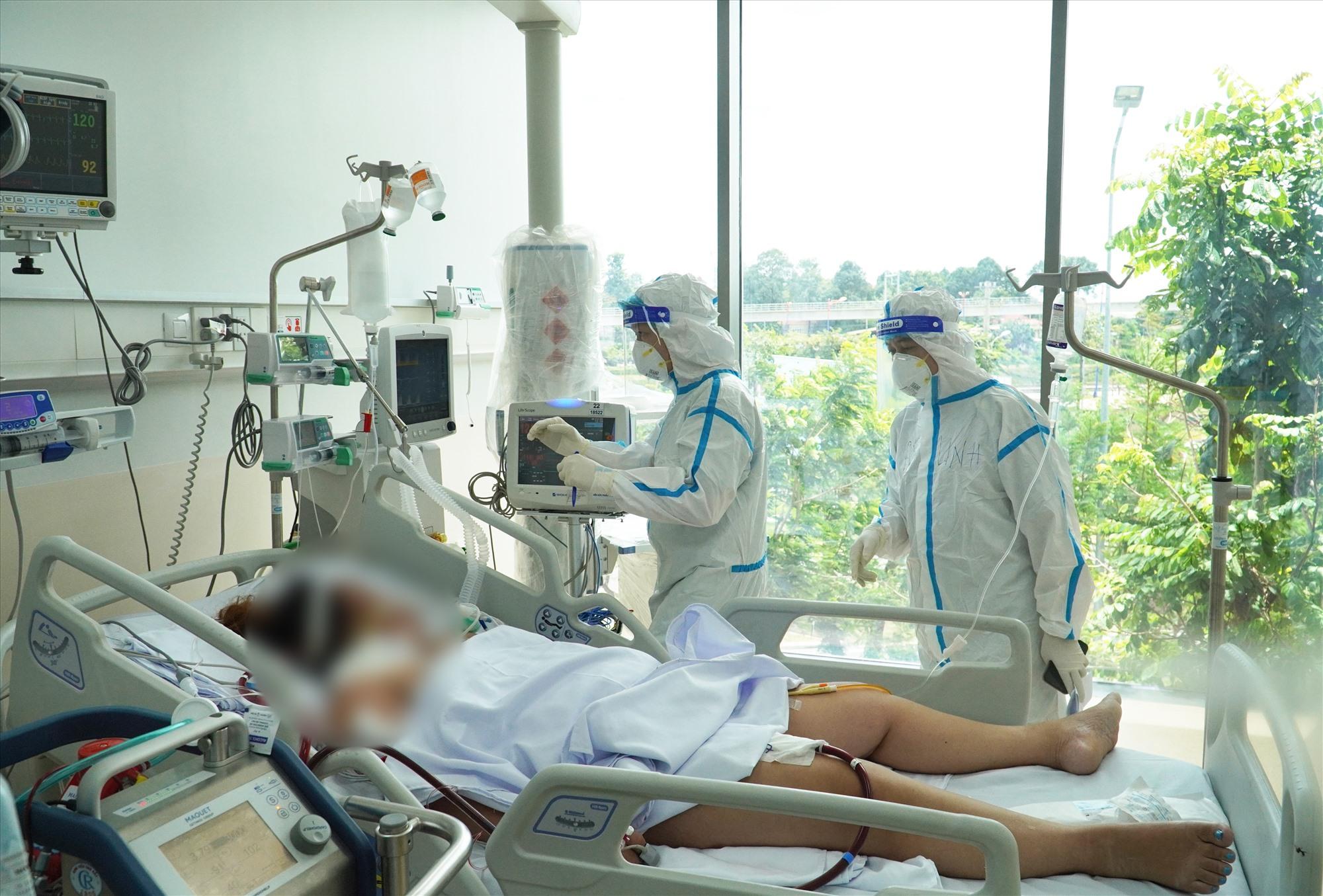 Chăm sóc cho bệnh nhân Covid-19 tại Bệnh viện Dã chiến số 1 Thủ Đức. Ảnh: HOÀNG LAN