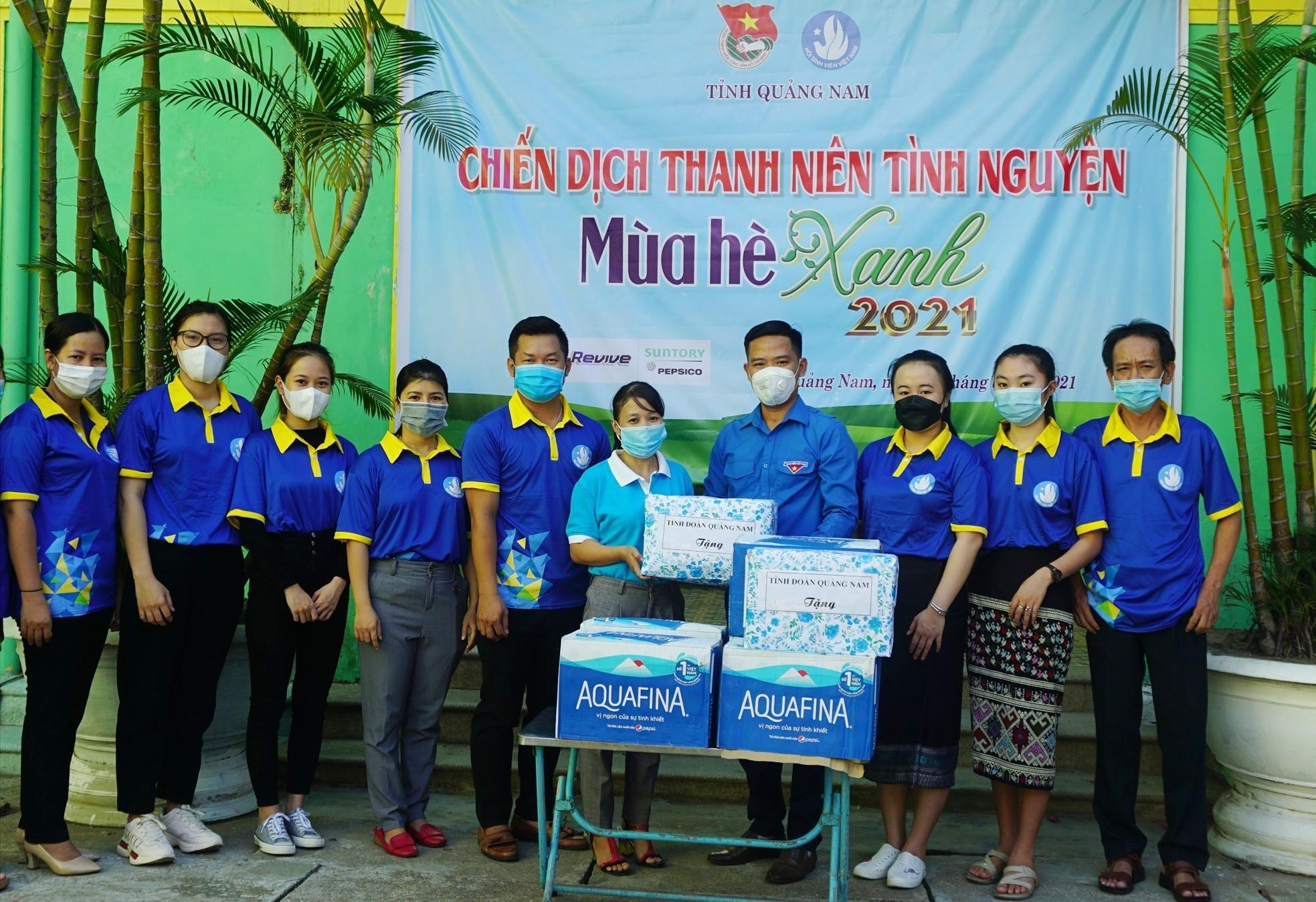 Tặng quà cho lực lượng thanh niên tình nguyện tham gia bếp ăn phục vụ khu cách ly tại Trường Cao đẳng Quảng Nam. Ảnh: M.H