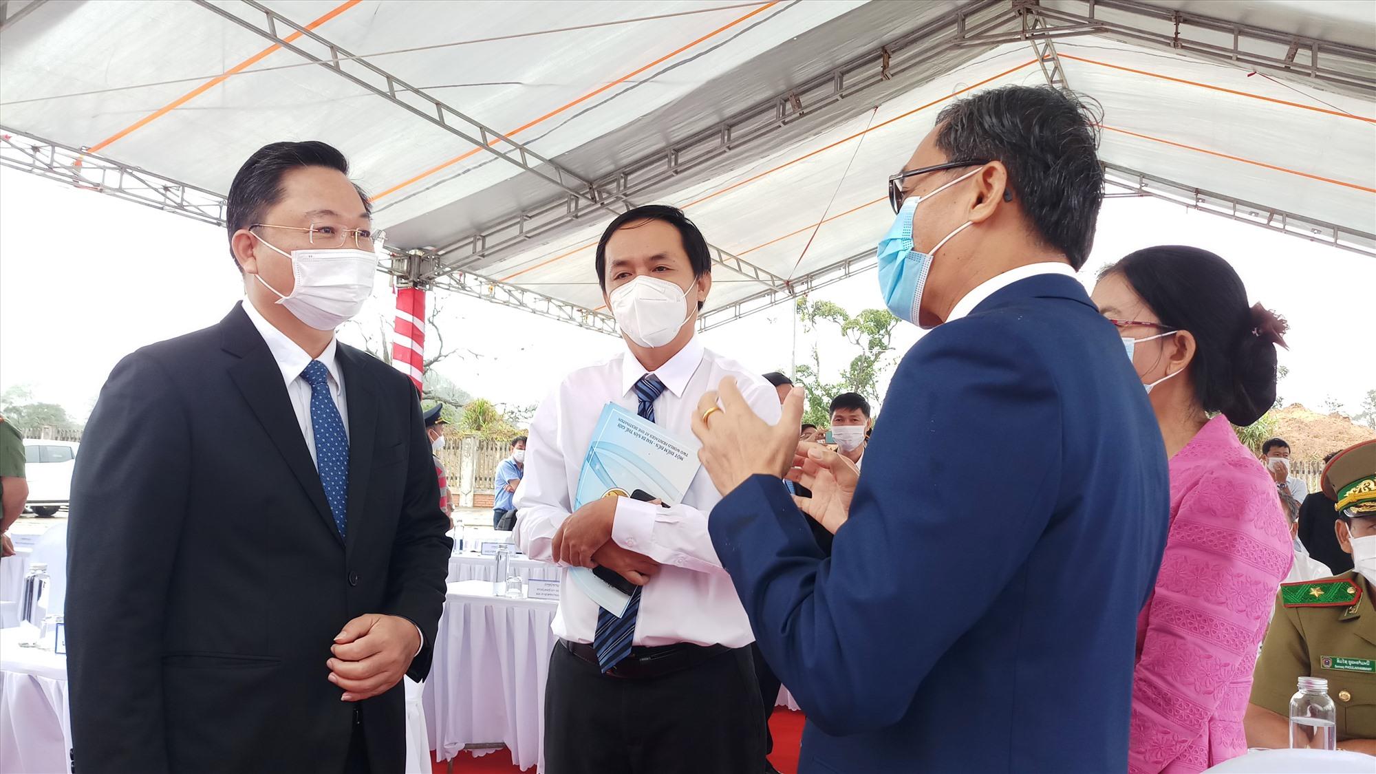 Chủ tịch UBND tỉnh Lê Trí Thanh trao đổi thông tin với lãnh đạo tỉnh Sê Kông bên lề lễ công bố khai trương cặp cửa khâu. Ảnh: A.N