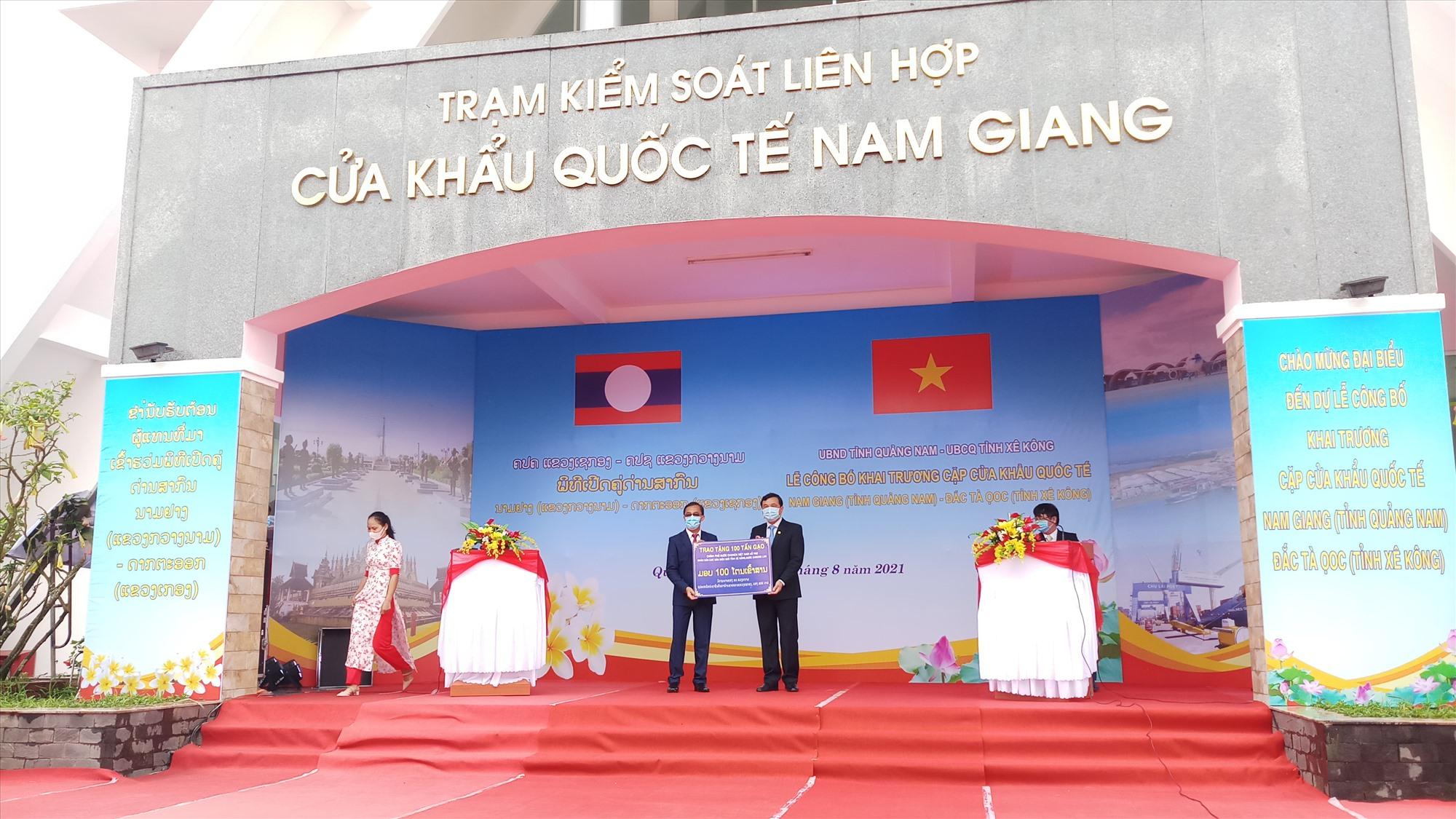 Bí thư Tỉnh ủy Phan Việt Cường trao bảng tượng trưng 100 tấn gạo hỗ trợ người dân Sê Kông. Ảnh: A.N