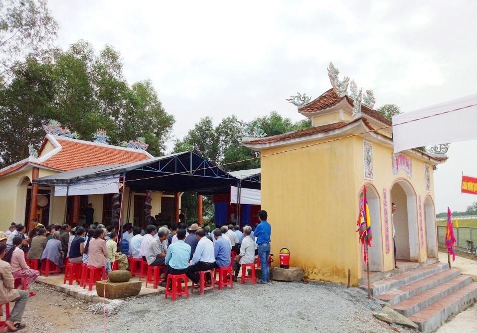 Người dân thôn Thành Mỹ (Phú Ninh) dự lễ khánh thành ngôi đình (năm 2017). Ảnh: HẢI CHÂU