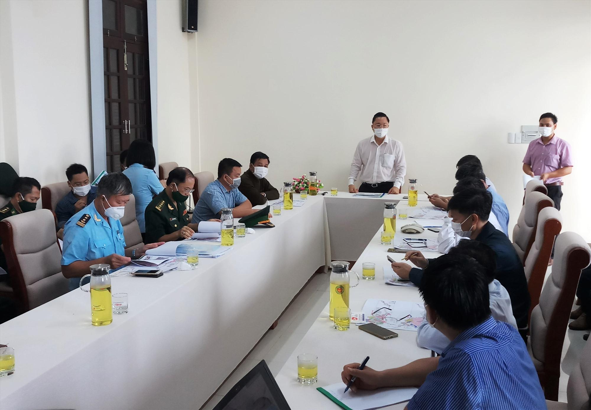 Chủ tịch UBND tỉnh phát biểu chỉ đạo tại buổi làm việc sau buổi khảo sát thực tế Khu kinh tế Cửa khẩu Nam Giang. Ảnh: A.N