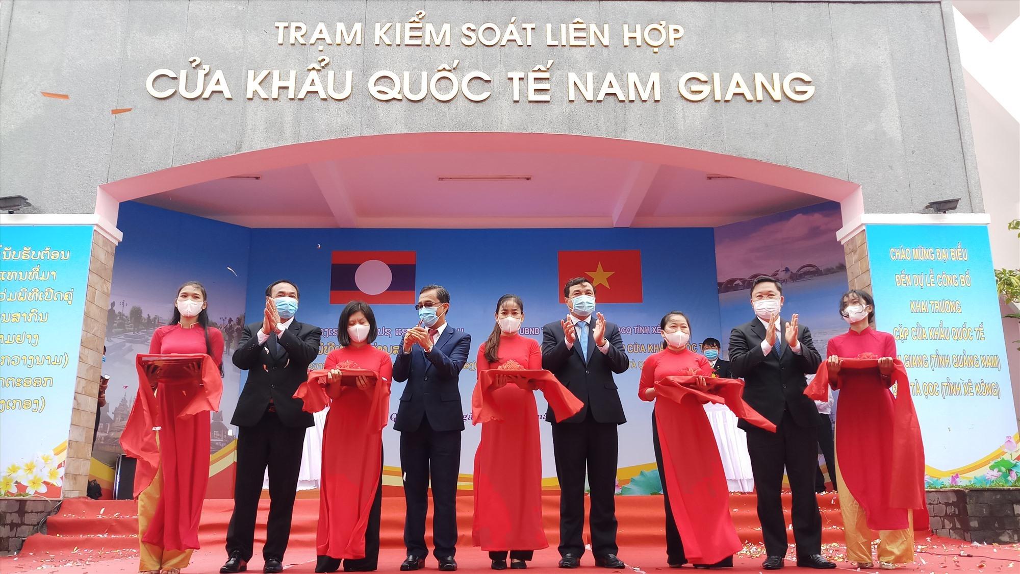 Cutting red ribbon to open the Nam Giang – Dak Ta-Ook international border gate