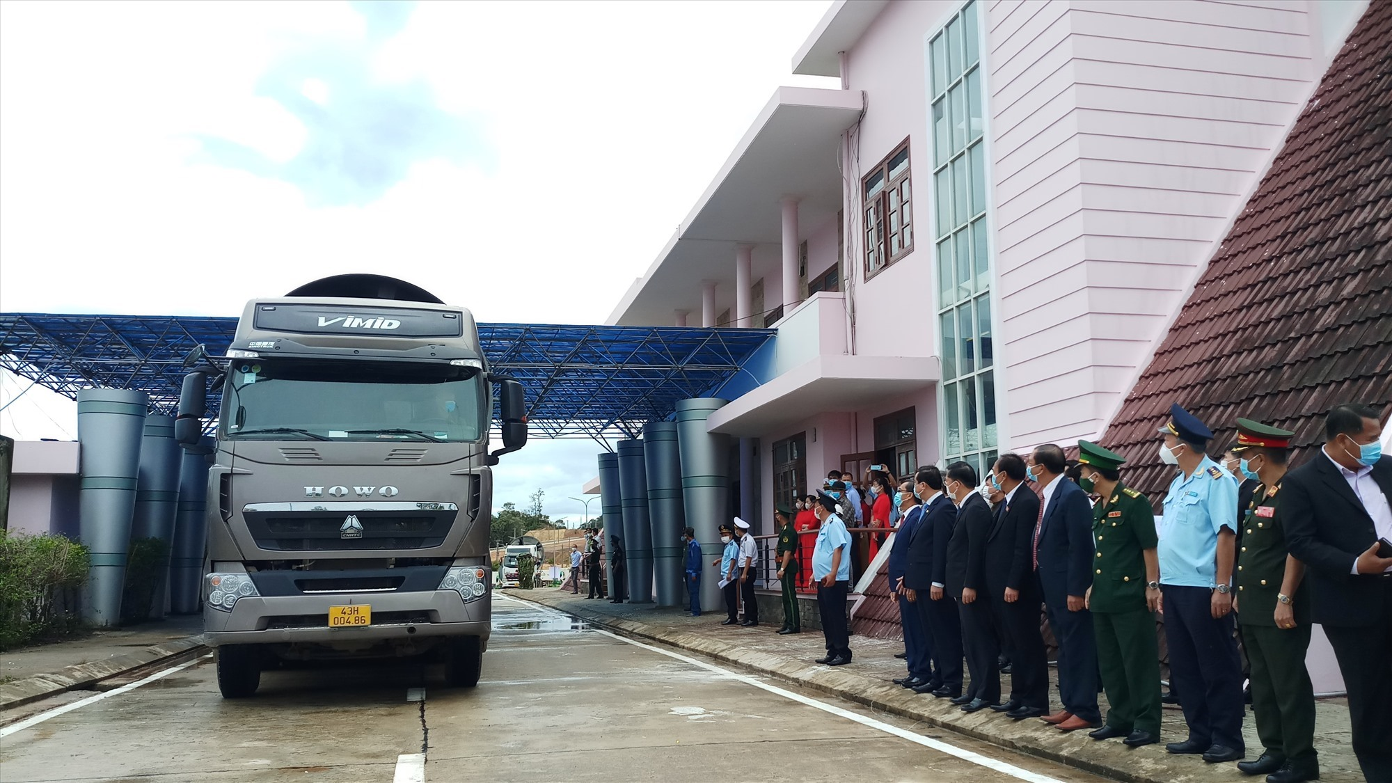 The border gate opened for traffic, fostering socio-economic development and friendship between Quang Nam and Sekong provinces in particular and Vietnam and Laos in general.