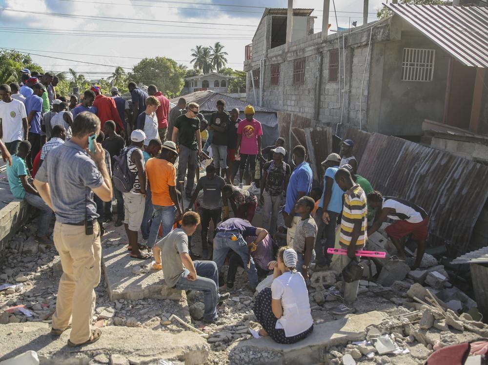 Công tác cứu hộ đang chạy đua thời gian để cứu sống nạn nhân từ các đống đổ nát. Ảnh: AP
