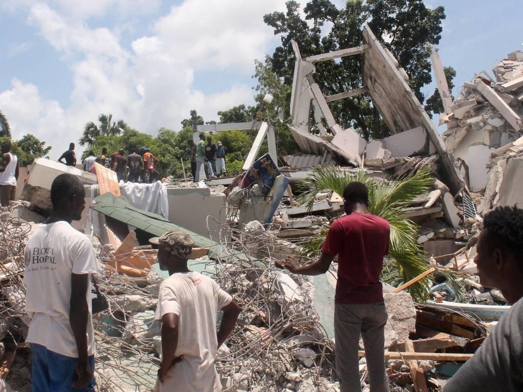 Người dân Haiti bàng hoàng trước thiệt hại của vụ động đất mới nhất. Ảnh: AP