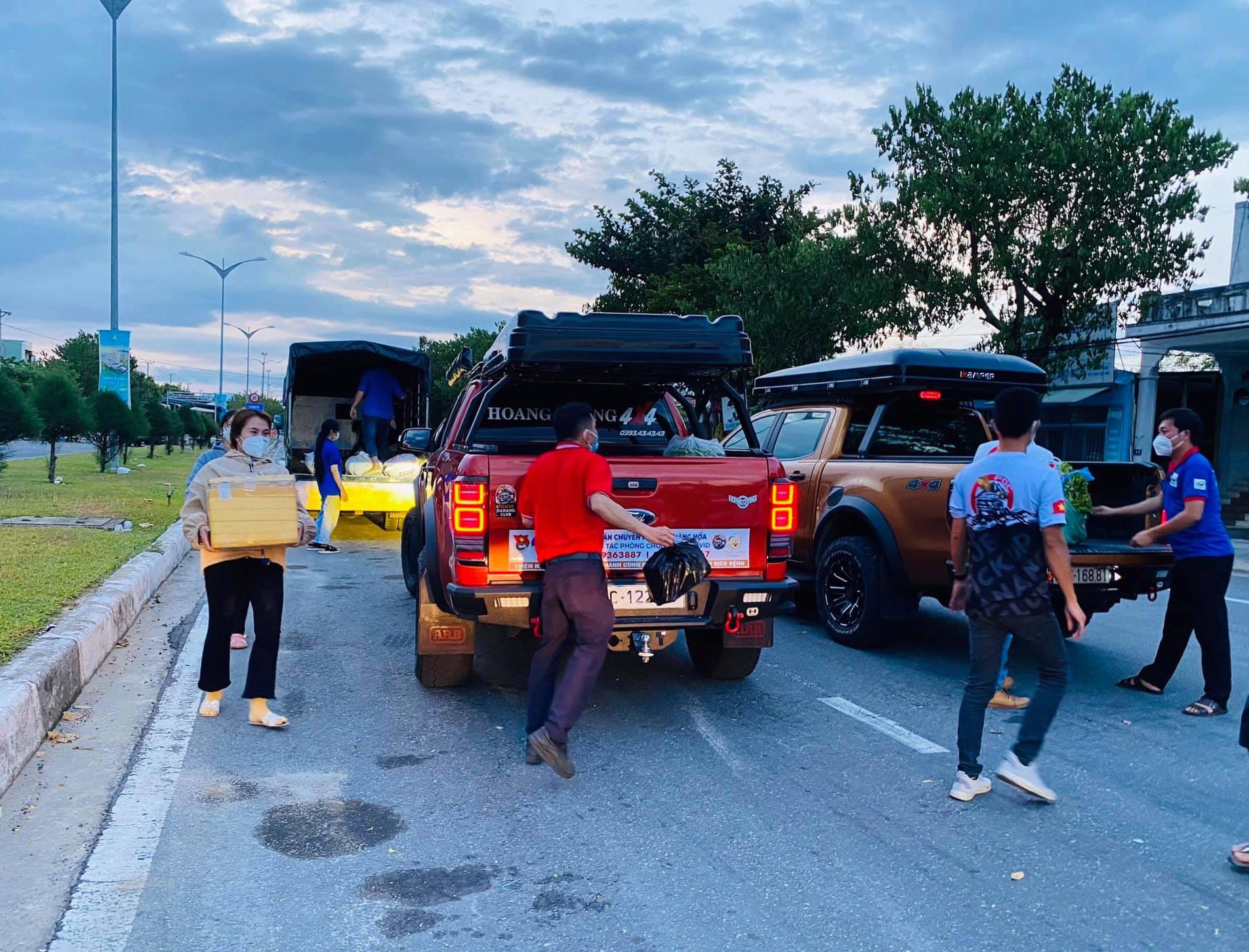 Đoàn viên thanh niên chất hàng hóa lên xe, chuẩn bị chuyển ra Đà Nẵng. Ảnh: N.Trang