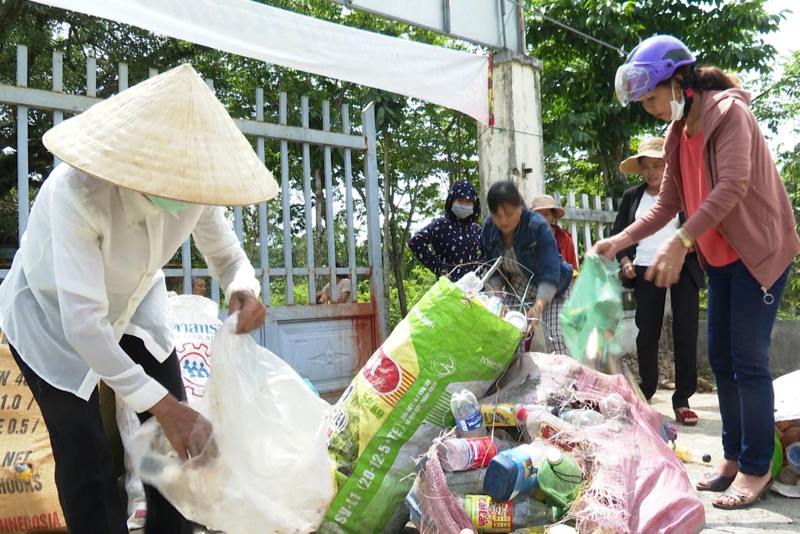 Tổ thu gom phế liệu làm từ thiện tại thôn Thanh Tân, xã Tiên Châu.