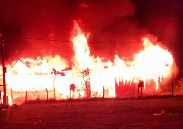 Theo lời ông Bríu Hồ, ngọn lửa bùng phát vào lúc rạng sáng khiến công tác dập lửa gặp nhất nhiều khó khăn. Ảnh: CTV