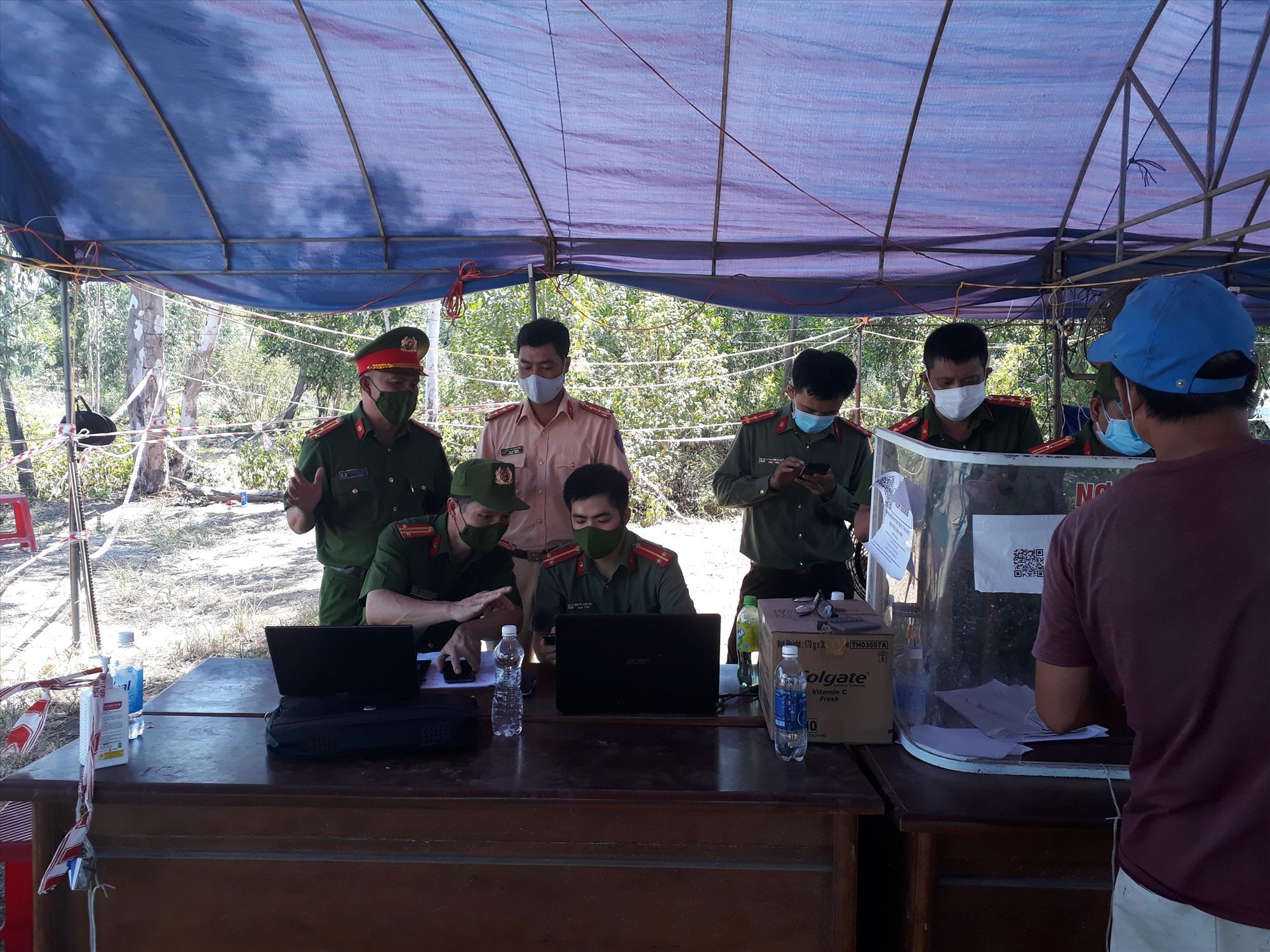 Phòng Cảnh sát QLHC về TTXH triển khai phần mền tại Chốt Quốc lộ 1A, Đốc Sỏi, huyện Núi Thành