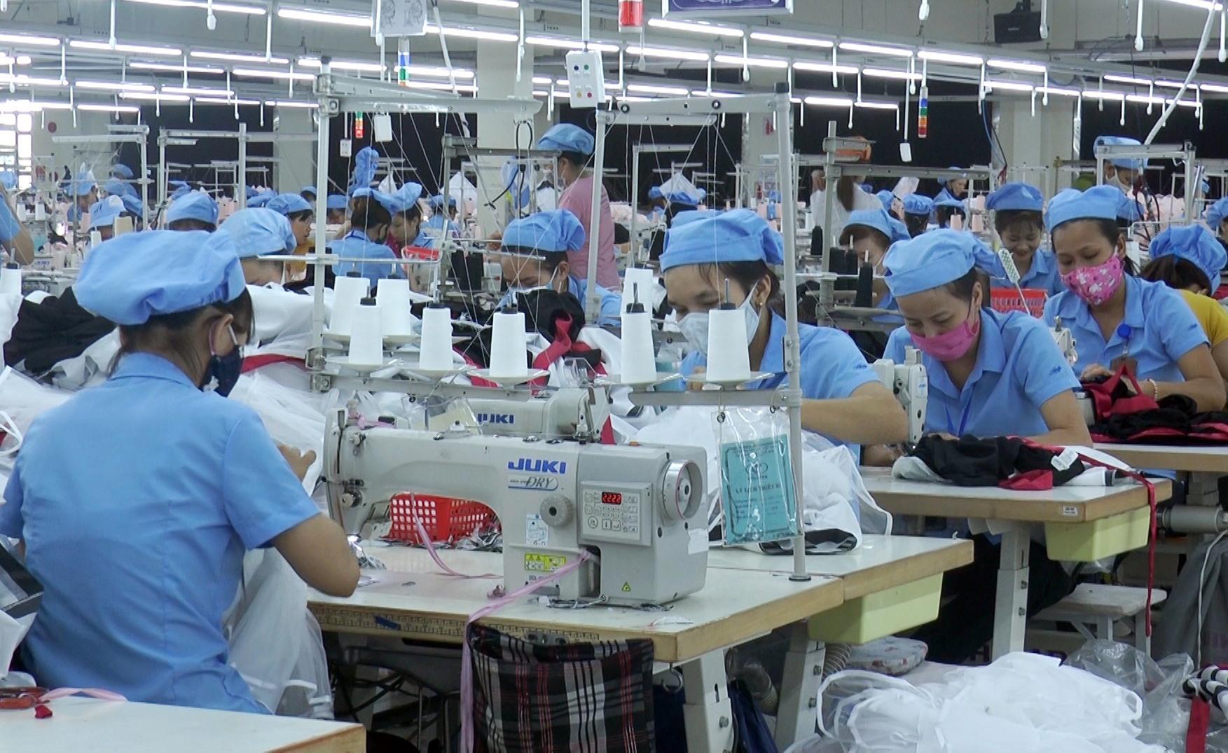 Nhiều lao động nông thôn ở Quế Sơn được đào tạo nghề may công nghiệp có việc làm ổn định. Ảnh: T.P