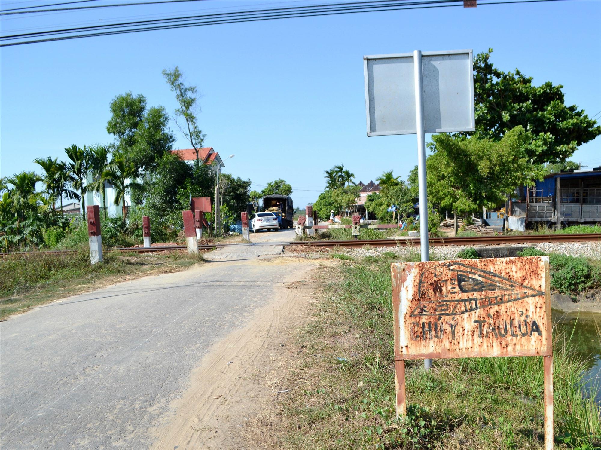 Biển báo cảnh báo quá cũ kỹ tại một lối đi tự mở băng qua đường sắt ở huyện Thăng Bình. Ảnh: S.C