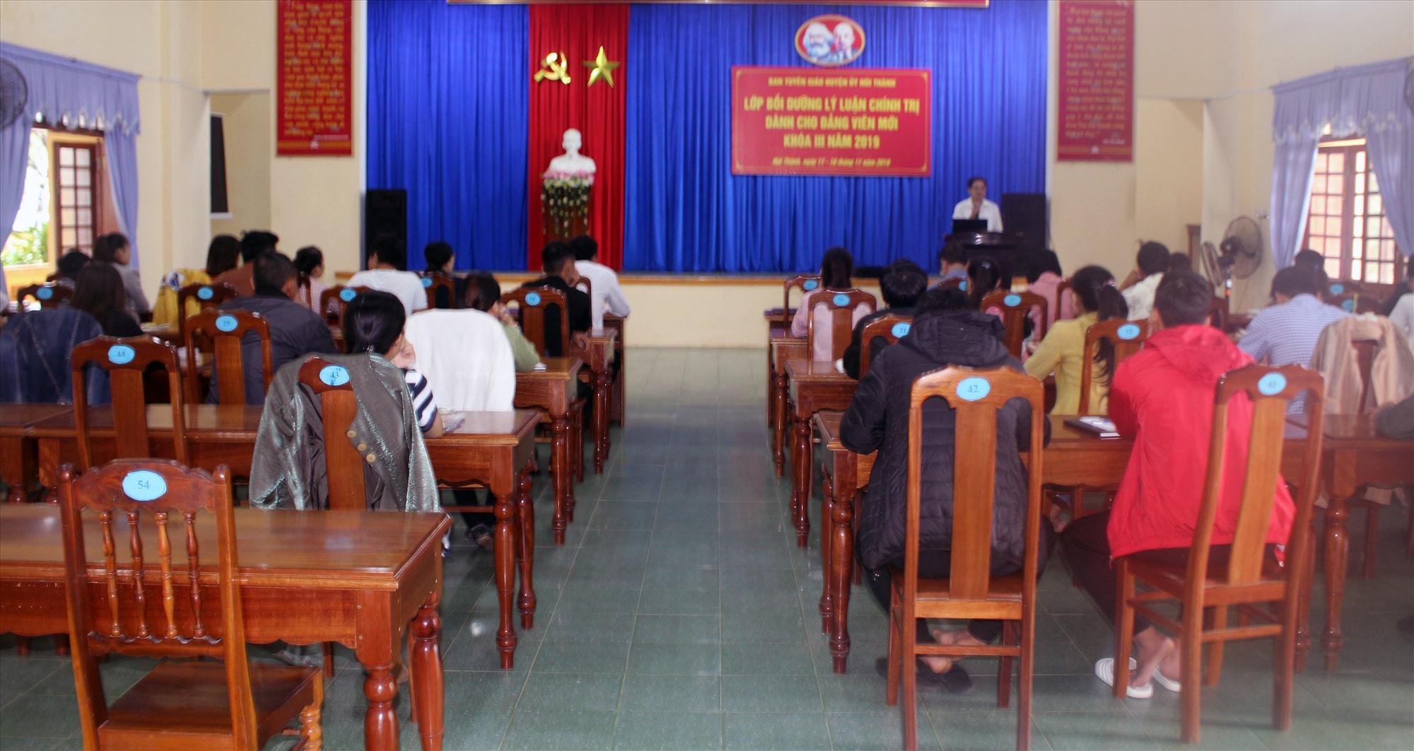 Núi Thành tổ chức lớp bổi dưỡng đảng viên mới. Ảnh: VĂN PHIN