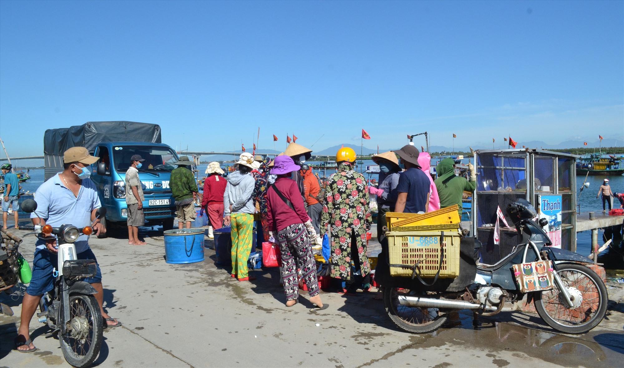 Người dân tụ tập đông đúc để mua bán hải sản ở bến cá An Lương. Ảnh: VIỆT NGUYỄN