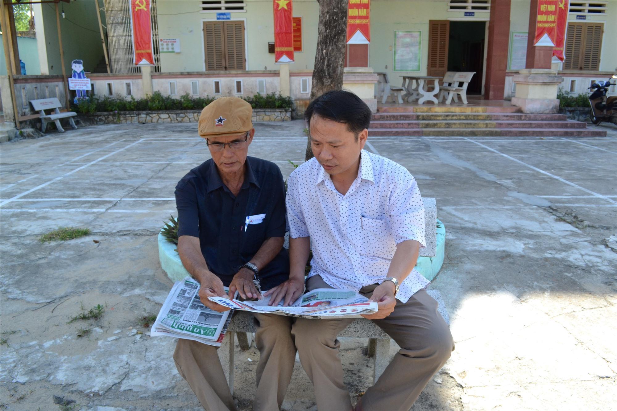 Ông Nguyễn Tấn Thu - Bí thư Đảng ủy xã Bình Hải trao đổi với cán bộ lão thành địa phương để chia sẻ, học hỏi kinh nghiệm. Ảnh: VIỆT NGUYỄN