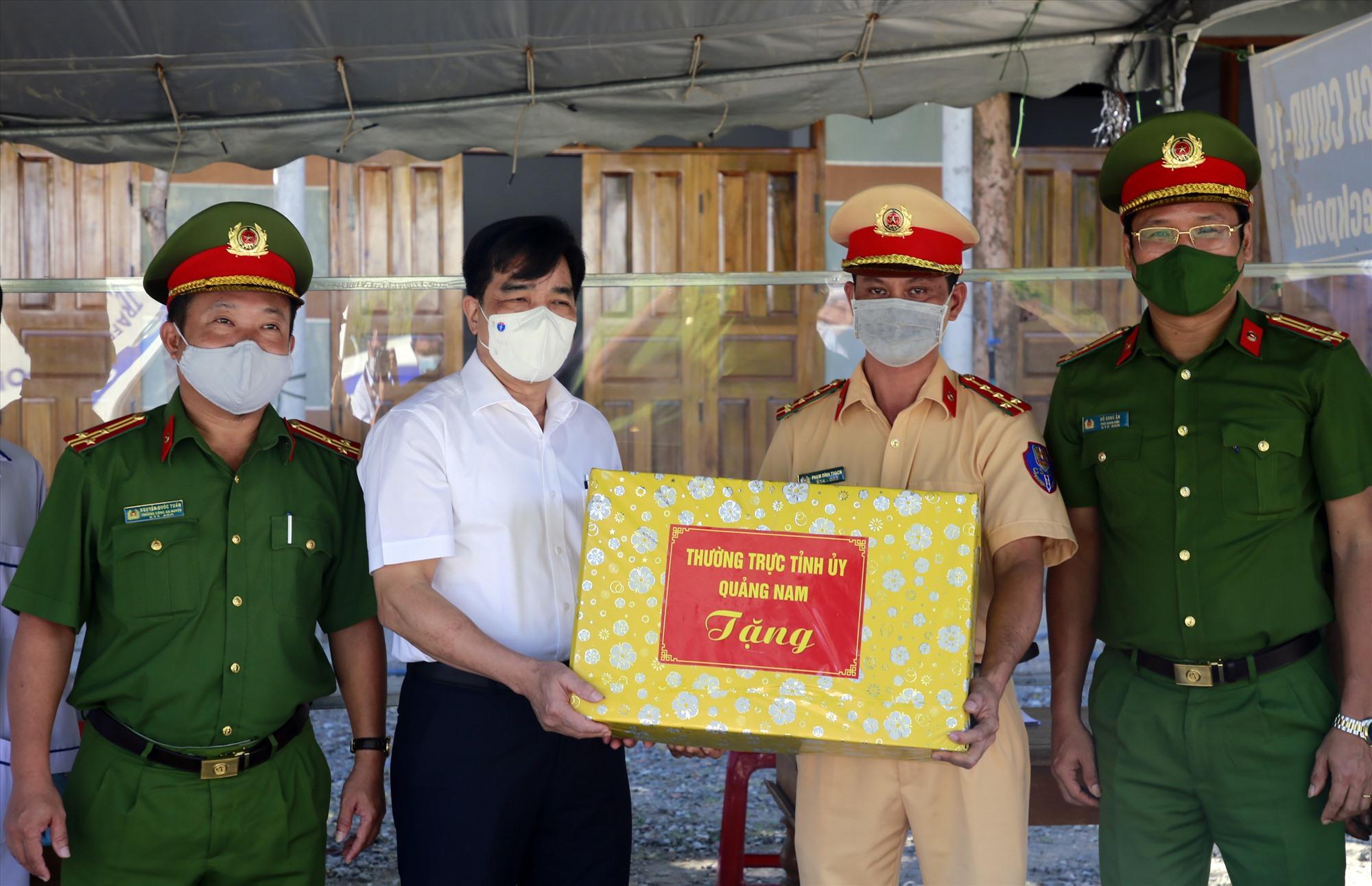 Đồng chí Lê Văn Dũng tặng quà lực lượng làm nhiệm vụ tại chốt kiểm soát phòng chống dịch Covid-19 đèo Lò Xo. Ảnh: THÀNH CÔNG