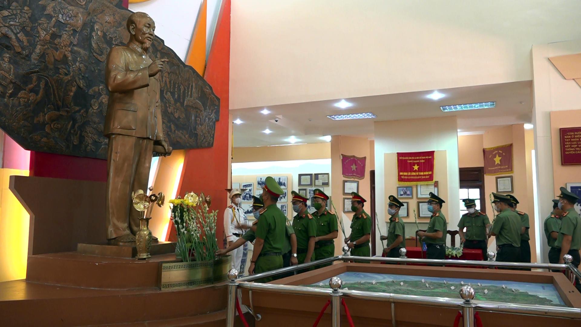 Đoàn công tác Công an tỉnh dâng hoa lên Bác Hồ tại Nhà truyền thống Khu di tích An ninh khu 5. Ảnh: HOÀNG VŨ