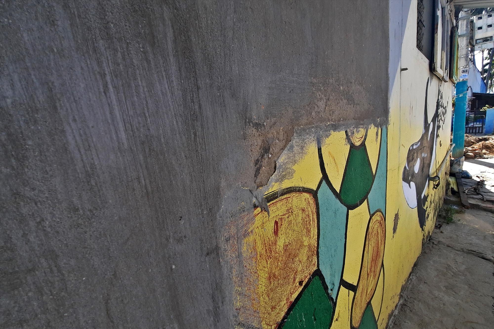 Nhiều bức bích họa đã bị phá hỏng khi người dân sửa chữa nhà cửa.